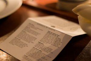 On voit un menu sur une table. C'est une photo en plan rapproché.