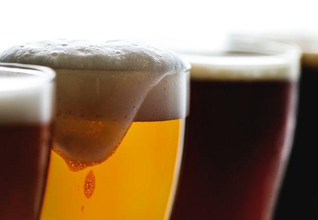 C'est un plan resserré sur 4 pintes de bières, 2 ambrées, 1 blonde et 1 brune. La mousse de la blonde coule le long du verre.